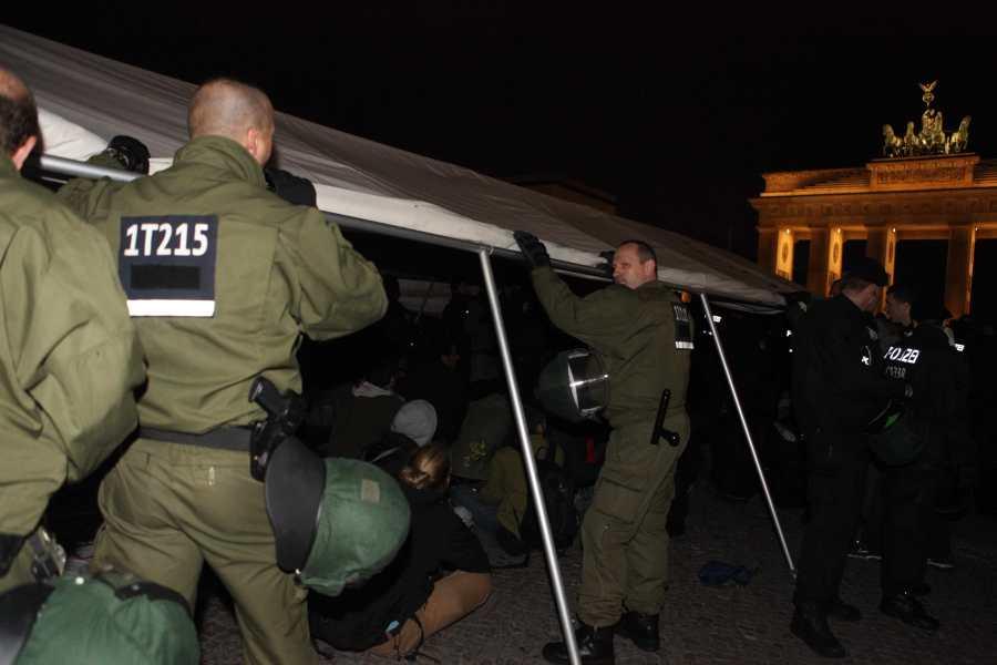 "Berlin. 24. Oktober 2012, Pariser Platz, Flüchtlingen wird ihr Zelt ""beschlagnahmt"", Foto von (c) Cigdem Hizkan"
