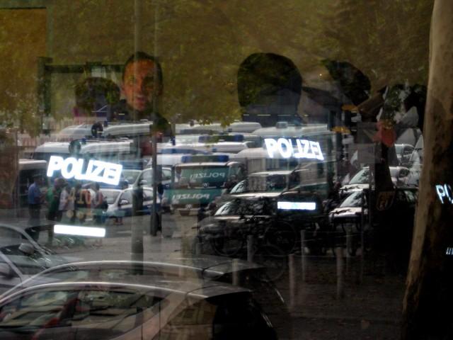 Spiegelungen in Scheibe, Polizeieinsatz DGB Brandenburg-Berlin